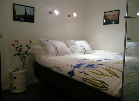 bed and breakfast amsterdam bensboatandbreakfast. Black Bedroom Furniture Sets. Home Design Ideas